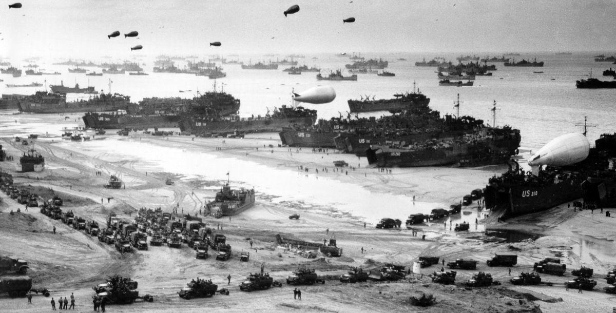 Скопление союзных войск, судов и боевой техники на берегу Нормандии во время высадки в июне 1944 года