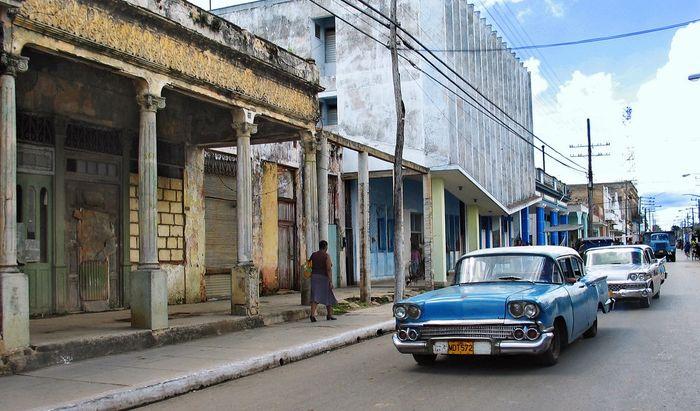 Старые машины на старых улицах Кубы