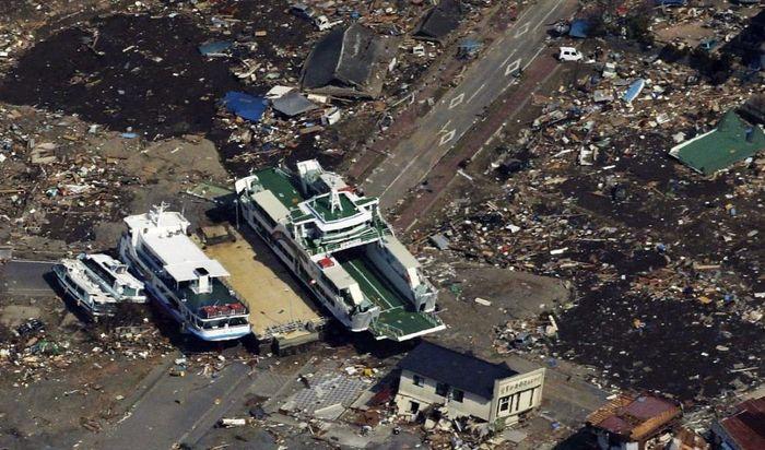 Японский паром и несколько небольших судов выброшены на перекресток в городе Кесеннума
