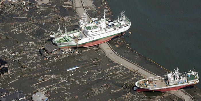 Корабль JGGA выброшен цунами на сушу в префектура Мияги
