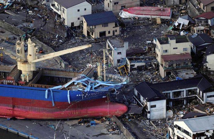 Цунами выбросило на пристань корабль в порту Камайши
