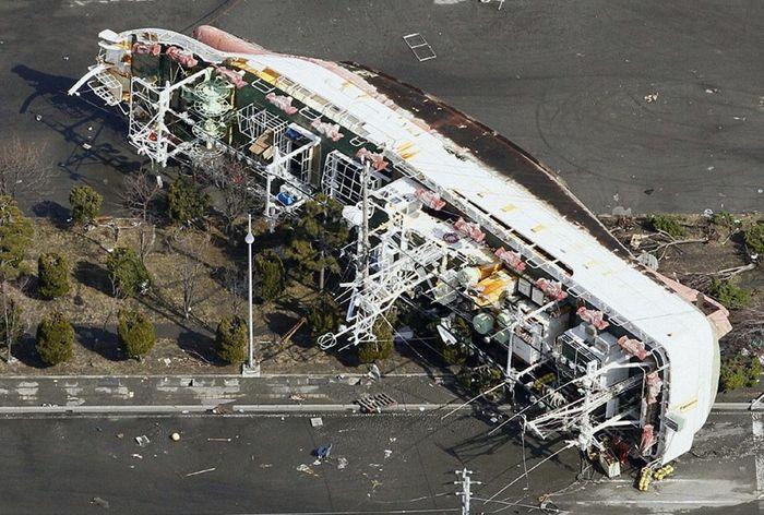 Цунами выбросило на сушу японский корабль в префектуре Аомори