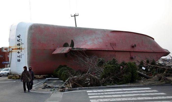 Выброшенный на берег корабль лежит на богу в порту Хашинохе.