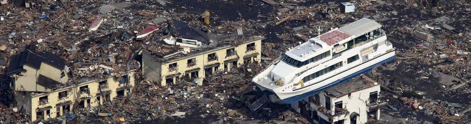 Прогулочное судно застряло на крыше жилого дома в городе Отсуши, префектура Иватэ