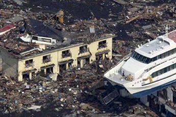 Как цунами выбросило корабли на берег в Японии