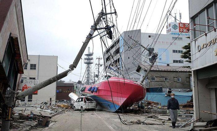 Цунами забросило небольшое судно на обычную улицу в городе Ишиномаки, префектура Мияги