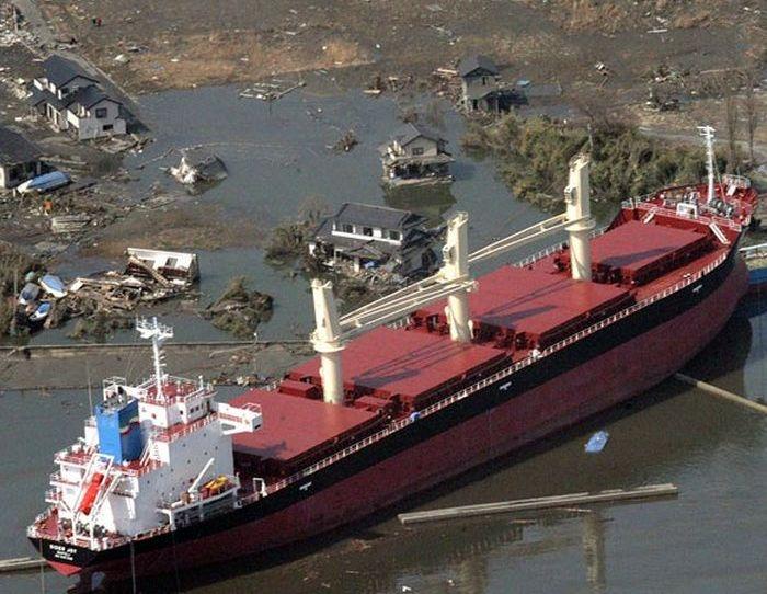 Грузовой корабль выброшен на сушу мощным цунами в Японии