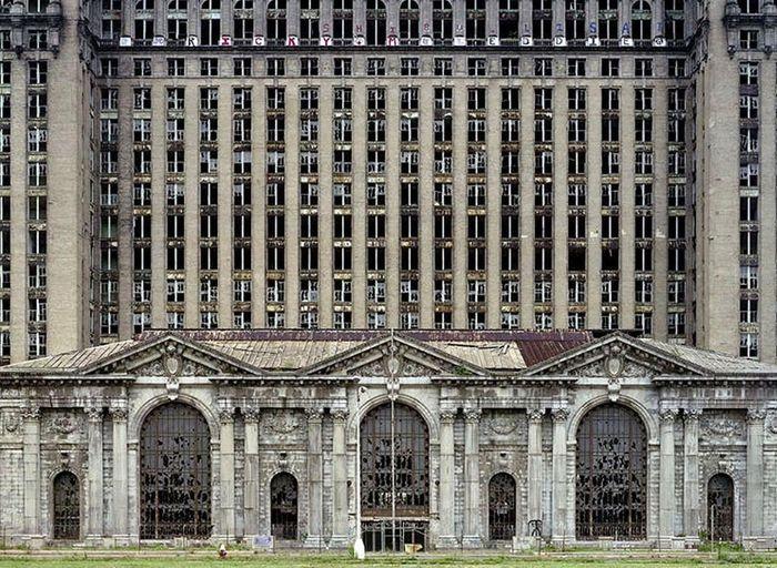 Разбитые окна железнодорожной станции Мичиган