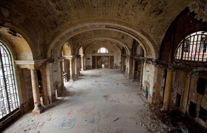 Главный зал ожидания станции Мичиган в Детройте
