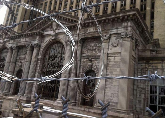Колючая проволока вокруг брошенной Центральной ж/д станции Детройта