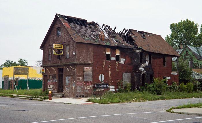 Брошенный и сгоревший магазин в умирающем Детройте