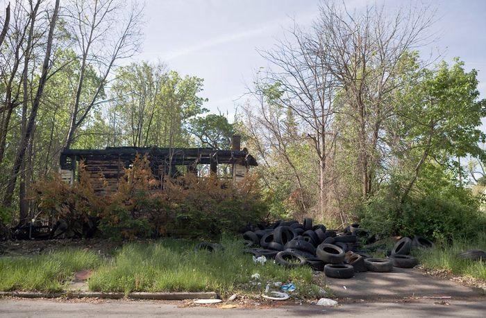 Брошенный и сожженный дом на улице Лантца в Детройте
