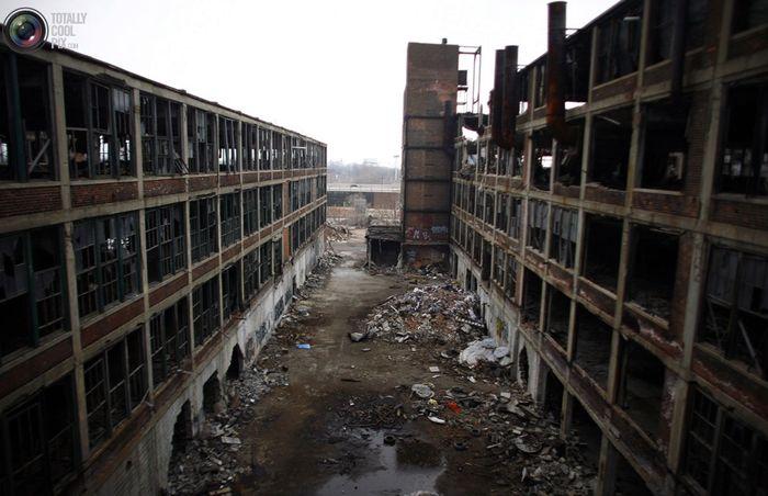 Заброшенные цеха одного из автомобильных заводов в Детройте