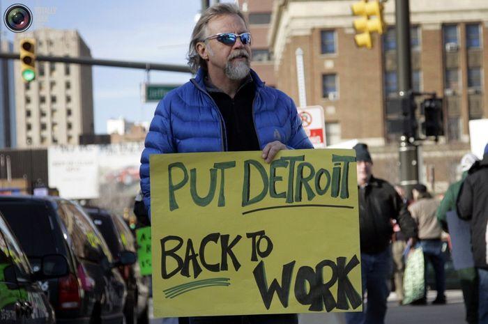 Житель Детройта на демонстрации за возвращение рабочих мест