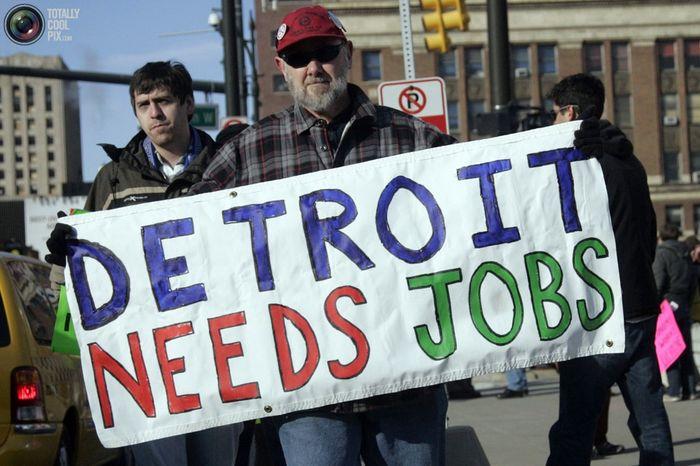 Рабочий автомобильного завода Chrysler на демонстрации в Детройте