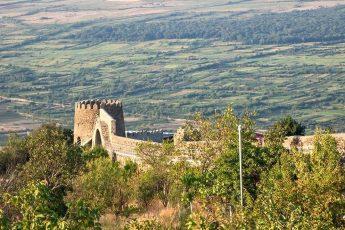 Доступная для прогулок часть стены крепости Сигнахи и вид с неё на Алазанскую долину