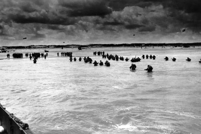 Войска союзников высаживаются на побережье Нормандии