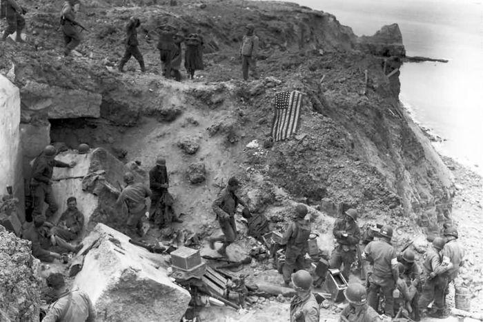 Взорванный немецкий дот на пляже в Нормандии