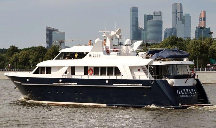 Яхта Паллада в столице на фоне Москва-Сити